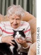 Купить «Бабушка с кошкой на диване», фото № 3094465, снято 14 ноября 2018 г. (c) Воронин Владимир Сергеевич / Фотобанк Лори