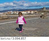Девочка гуляет сама по себе. Стоковое фото, фотограф Юрий Гринфельд / Фотобанк Лори