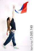 Девушка - танцор  хип-хопа с российским флагом на белом фоне. Стоковое фото, фотограф Павел Сазонов / Фотобанк Лори