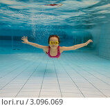 Купить «Маленькая девочка плавает под водой», фото № 3096069, снято 20 января 2018 г. (c) Антон Балаж / Фотобанк Лори