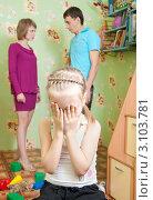 Купить «Девочка плачет из-за ссоры родителей», фото № 3103781, снято 2 января 2012 г. (c) Типляшина Евгения / Фотобанк Лори