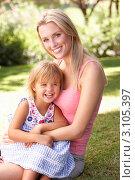Светловолосые мама и дочка в парке на траве отдыхают вместе, фото № 3105397, снято 29 августа 2010 г. (c) Monkey Business Images / Фотобанк Лори