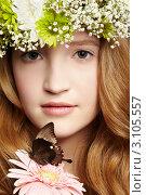 Купить «Девушка в верке держит цветок, на котором сидит бабочка», фото № 3105557, снято 30 марта 2011 г. (c) Serg Zastavkin / Фотобанк Лори