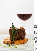 Жареное мясо и бокал вина. Стоковое фото, фотограф Сергей Павлов / Фотобанк Лори