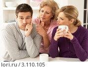 Расстроенный молодой человек, две женщины озабоченно смотрят на него. Стоковое фото, фотограф Monkey Business Images / Фотобанк Лори