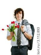 Купить «Молодой человек в деловой одежде держит букет красных тюльпанов, перекинув пиджак через плечо», фото № 3112893, снято 4 ноября 2010 г. (c) Величко Микола / Фотобанк Лори