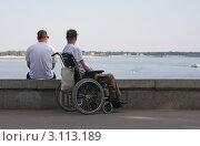 Человек в инвалидном кресле (2010 год). Редакционное фото, фотограф Андрей Ижаковский / Фотобанк Лори