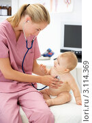 Купить «Девушка-педиатр слушает через фонендоскоп младенца», фото № 3114369, снято 26 февраля 2011 г. (c) Monkey Business Images / Фотобанк Лори