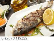 Рыба, обжаренная на гриле, с лимоном. Стоковое фото, фотограф Dzianis Miraniuk / Фотобанк Лори
