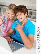 Молодой парень с подругой перед ноутбуком. Стоковое фото, фотограф Monkey Business Images / Фотобанк Лори