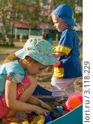 Купить «Дети играют в песочнице», фото № 3118229, снято 8 июня 2009 г. (c) Владимир Мельников / Фотобанк Лори