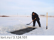 Прорубание проруби-спасение рыбы от замора. Стоковое фото, фотограф Андрей Кириллов / Фотобанк Лори