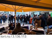 Купить «Лиссабон. Выступление музыкантов на пешеходной улице Аугушта (Rua Augusta)», эксклюзивное фото № 3136113, снято 19 декабря 2011 г. (c) Виктория Катьянова / Фотобанк Лори