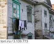 Купить «Сушка белья под окном старого барака», фото № 3139773, снято 10 сентября 2011 г. (c) Вячеслав Палес / Фотобанк Лори