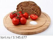 Помидоры, хлеб и соль на деревянной разделочной доске. Стоковое фото, фотограф Наталия Китаева / Фотобанк Лори