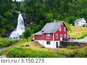 Традиционный красный норвежский деревянный дом. Водопад Стейндальсфоссен (Steinsdalsfossen), Норвегия (2011 год). Стоковое фото, фотограф Егор Архипов / Фотобанк Лори
