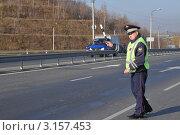 Купить «Инспектор ДПС останавливает автомобиль», эксклюзивное фото № 3157453, снято 14 октября 2011 г. (c) Free Wind / Фотобанк Лори