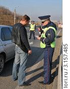 Купить «Инспектор ДПС проверяет документы у водителя», эксклюзивное фото № 3157485, снято 14 октября 2011 г. (c) Free Wind / Фотобанк Лори