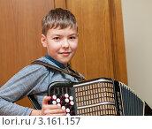 Купить «Мальчик играет на баяне», эксклюзивное фото № 3161157, снято 7 января 2012 г. (c) Игорь Низов / Фотобанк Лори