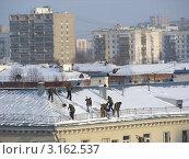 Купить «Москва. Виды города. Район Измайлово. Рабочие сбрасывают снег с крыши дома на Первомайской улице, 109/2», эксклюзивное фото № 3162537, снято 20 января 2012 г. (c) lana1501 / Фотобанк Лори