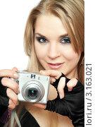 Купить «Молодая девушка с фотоаппаратом», фото № 3163021, снято 21 февраля 2010 г. (c) Сергей Сухоруков / Фотобанк Лори