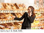 Портрет бизнес-леди в супермаркете, разговаривает по мобильному телефону. Стоковое фото, фотограф CandyBox Images / Фотобанк Лори