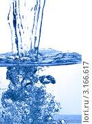 Прозрачная вода льется. Стоковое фото, фотограф Discovod / Фотобанк Лори