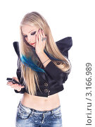 Неформальная блондинка с пирсингом, тату и синими прядями смотрит на экран мобильного телефона (2012 год). Редакционное фото, фотограф Евгений Липский / Фотобанк Лори