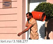 Разносчик газовых баллонов (2011 год). Редакционное фото, фотограф Free Wind / Фотобанк Лори