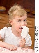 Девочка кушает мороженое. Стоковое фото, фотограф Икан Леонид / Фотобанк Лори