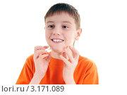 Портрет улыбающегося мальчика на белом фоне. Стоковое фото, фотограф Владимир Одегов / Фотобанк Лори
