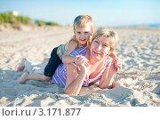 Бабушка и внук лежат на песке. Стоковое фото, фотограф Юлия Кочетова / Фотобанк Лори