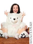 Купить «Веселая девушка с плюшевым медведем сидит на полу», фото № 3175021, снято 3 марта 2010 г. (c) Сергей Сухоруков / Фотобанк Лори