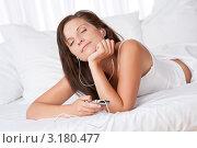 Купить «Портрет счастливой молодой женщины с mp3 плеером, слушает музыку», фото № 3180477, снято 10 августа 2009 г. (c) CandyBox Images / Фотобанк Лори