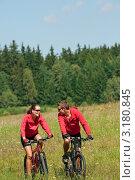 Купить «Молодые счастливые мужчина и женщина катаются на велосипедах в полях», фото № 3180845, снято 28 августа 2009 г. (c) CandyBox Images / Фотобанк Лори