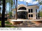 Купить «Двухэтажный загородный коттедж», фото № 3181853, снято 4 июня 2007 г. (c) Юлий Шик / Фотобанк Лори