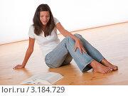 Купить «Девушка подросткового возраста сидит на полу с книгой», фото № 3184729, снято 9 сентября 2009 г. (c) CandyBox Images / Фотобанк Лори