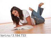 Купить «Счастливая девушка подросток лежит на полу перед книгой», фото № 3184733, снято 9 сентября 2009 г. (c) CandyBox Images / Фотобанк Лори