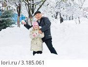 Купить «Дедушка с внучкой играют в снежки», фото № 3185061, снято 12 ноября 2011 г. (c) LenaLeonovich / Фотобанк Лори