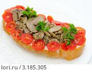 Купить «Бутерброд с грибами и помидорами», фото № 3185305, снято 26 сентября 2011 г. (c) Александр Подшивалов / Фотобанк Лори