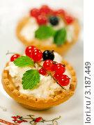 Песочные корзиночки с творожным кремом и ягодами. Стоковое фото, фотограф ElenArt / Фотобанк Лори