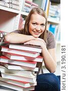 Купить «Девушка со стопкой книг в библиотеке», фото № 3190181, снято 16 декабря 2018 г. (c) Дмитрий Калиновский / Фотобанк Лори
