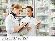 Купить «Две девушки-фармацевта проводят инвентаризацию», фото № 3190257, снято 27 апреля 2018 г. (c) Дмитрий Калиновский / Фотобанк Лори