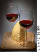 Бокалы с красным вином и сыр. Стоковое фото, фотограф Jelena Dautova / Фотобанк Лори
