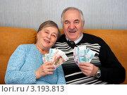 Купить «Счастливые пенсионеры с деньгами», эксклюзивное фото № 3193813, снято 28 января 2012 г. (c) Куликова Вероника / Фотобанк Лори