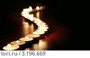 Задуваются свечи, выстроенные в ряд. Стоковое видео, видеограф Андрей Воскресенский / Фотобанк Лори