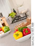 Купить «Чаша с овощами стоит на столешнице на кухне», фото № 3197189, снято 21 октября 2009 г. (c) CandyBox Images / Фотобанк Лори