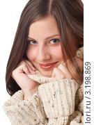 Купить «Портрет счастливой молодой женщины в теплой водолазке, держит руками воротник», фото № 3198869, снято 29 октября 2009 г. (c) CandyBox Images / Фотобанк Лори