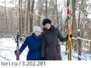 Счастливая семья.Мама и дочка с лыжами  на фоне зимнего пейзажа. Стоковое фото, фотограф Игорь Низов / Фотобанк Лори