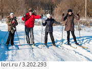 Счастливая семья. Папа, мама, дочка и сын на лыжах на фоне зимнего пейзажа. Стоковое фото, фотограф Игорь Низов / Фотобанк Лори